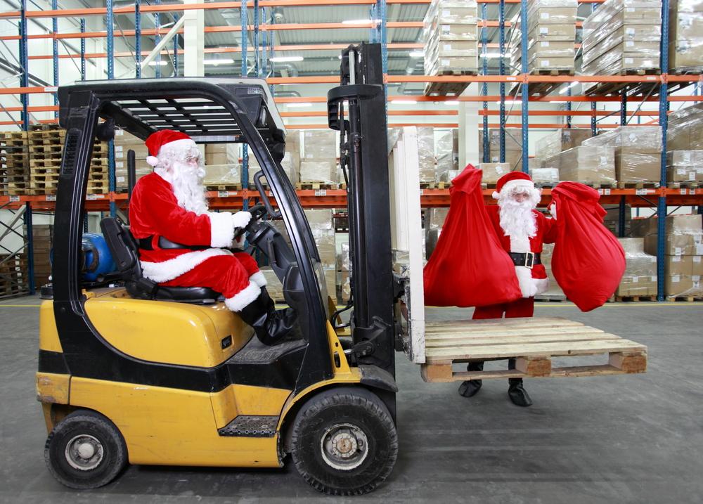 Dos santas preparan los regalos
