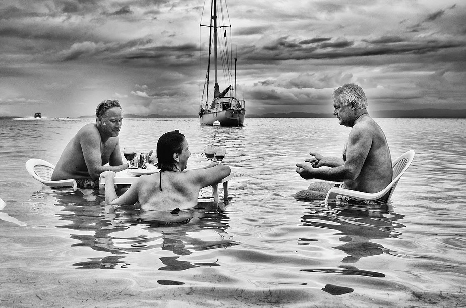 people in vacation sitting in the sea by wix photographer Roberto Vamos