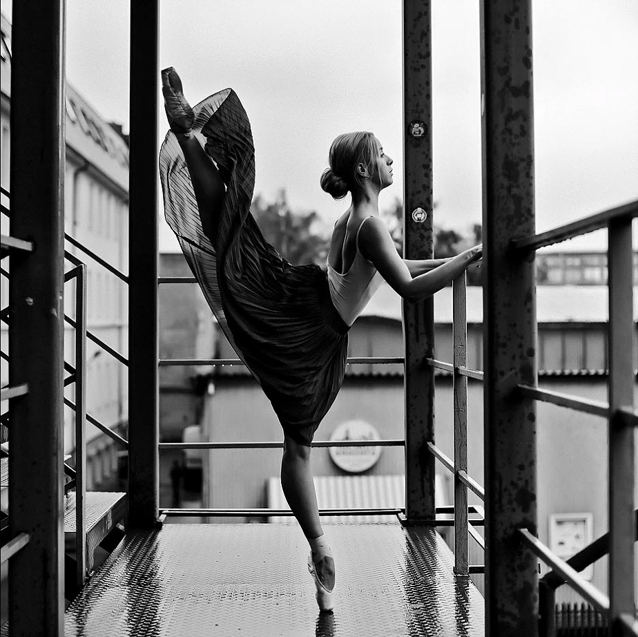 Ballet Dancer on Balcony - Wix Photography