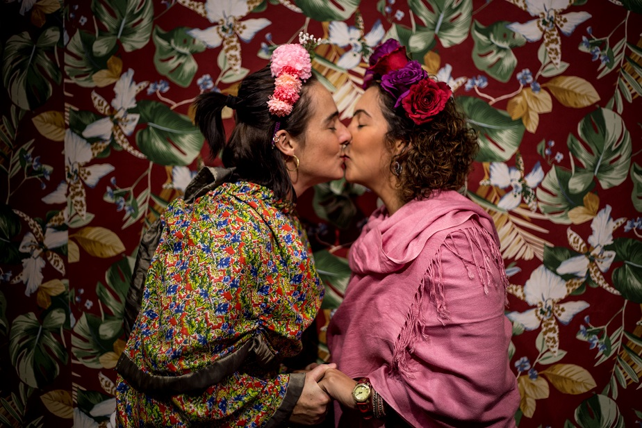 two women dressed as frida kahlo kissing